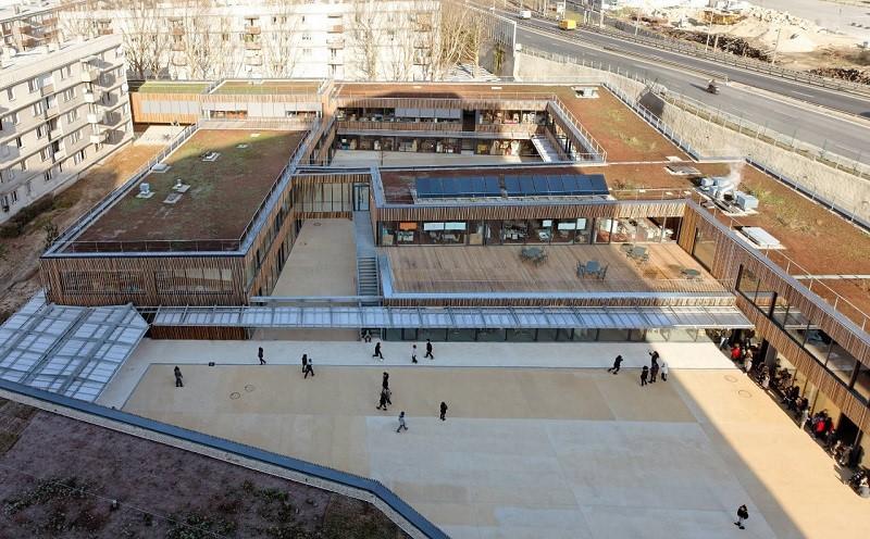 Tấm lợp Polycarbonate sử dụng cho lối đi lộ thiên bao ngoài công trình, kết nối giữa sân chơi và các dãy nhà