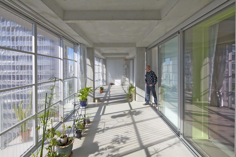 Sử dụng tấm lợp Polycarbonate làm tấm chắn cho ban công chung cư