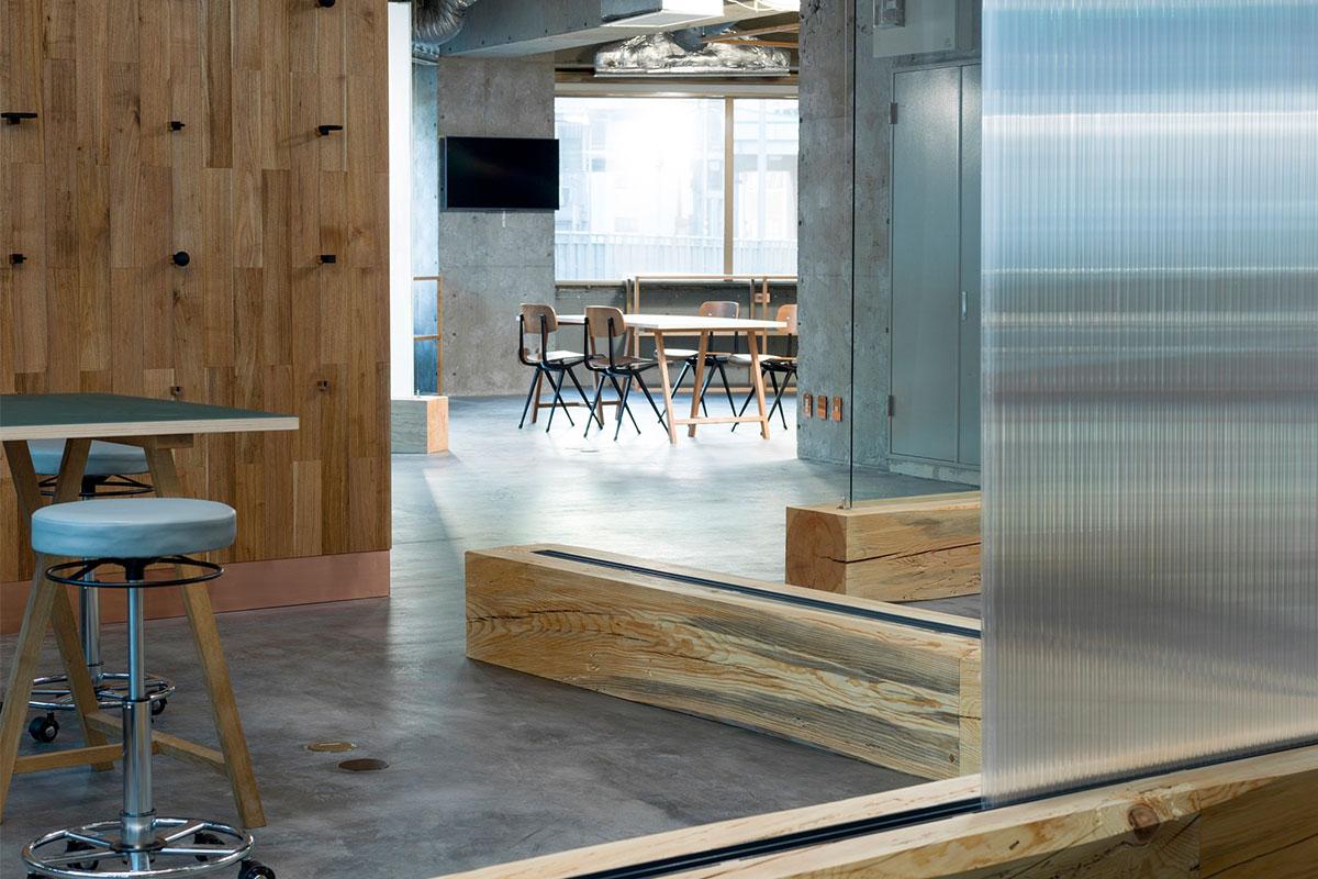 Tấm polycarbonate được thiết kế trượt lên các rãnh gỗ tại COOOP3, Nhật Bản
