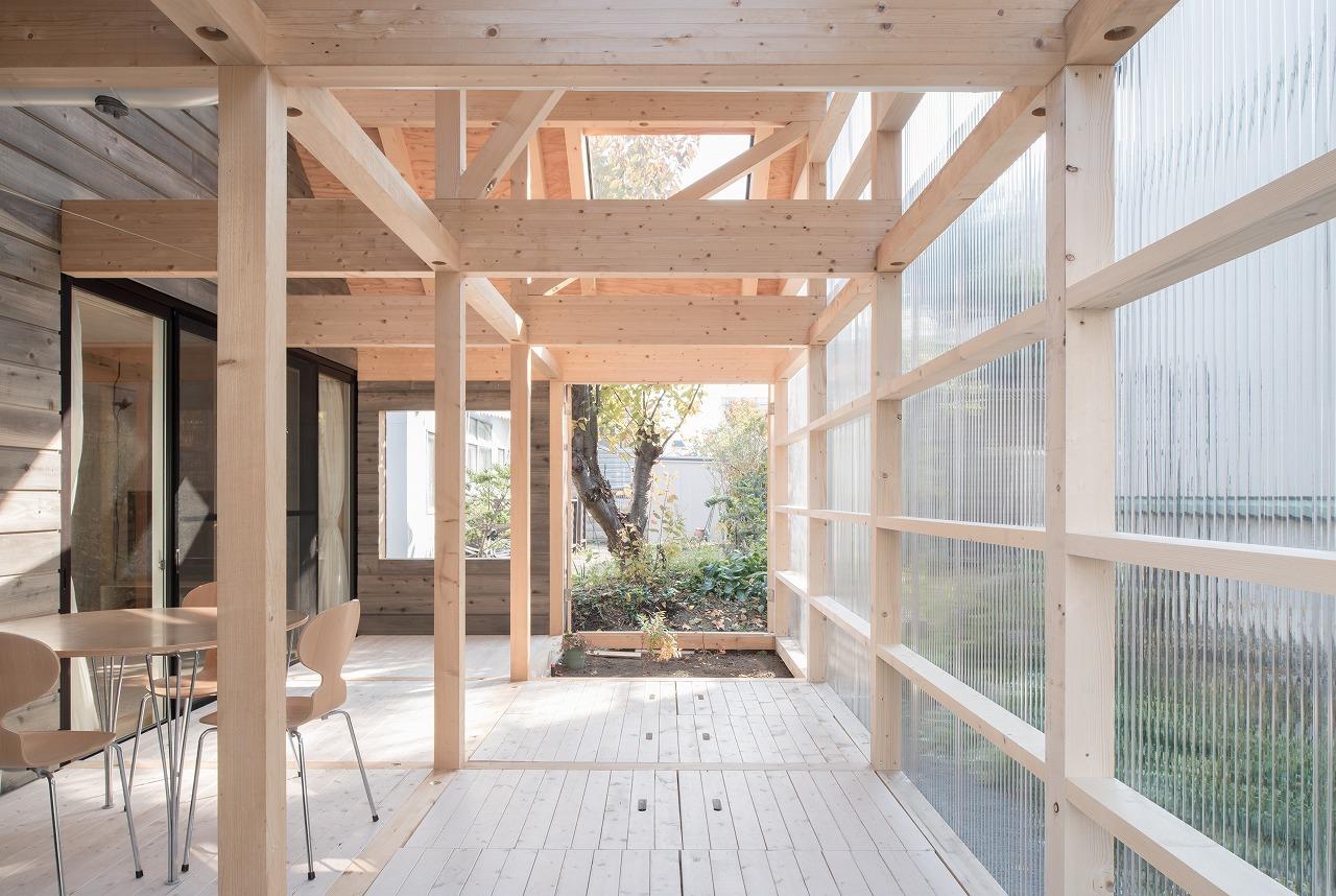 Kết cấu khung đỡ và dầm bằng gỗ kết hợp các tấm lợp Polycarbonate