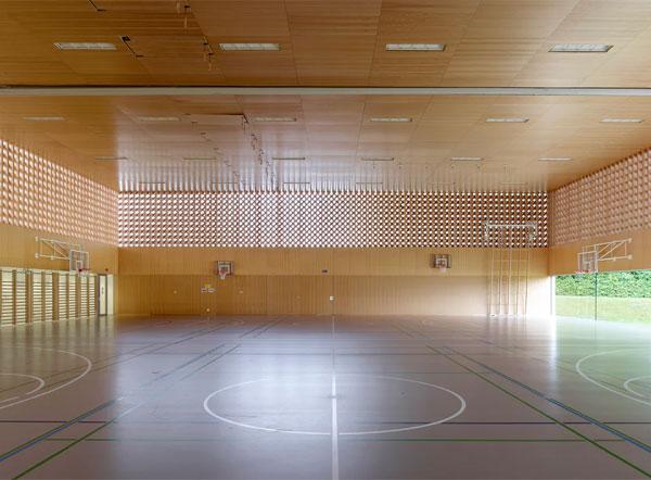 Không gian bên trong tòa nhà được xây dựng với trần được làm bằng các xà gồ bằng gỗ