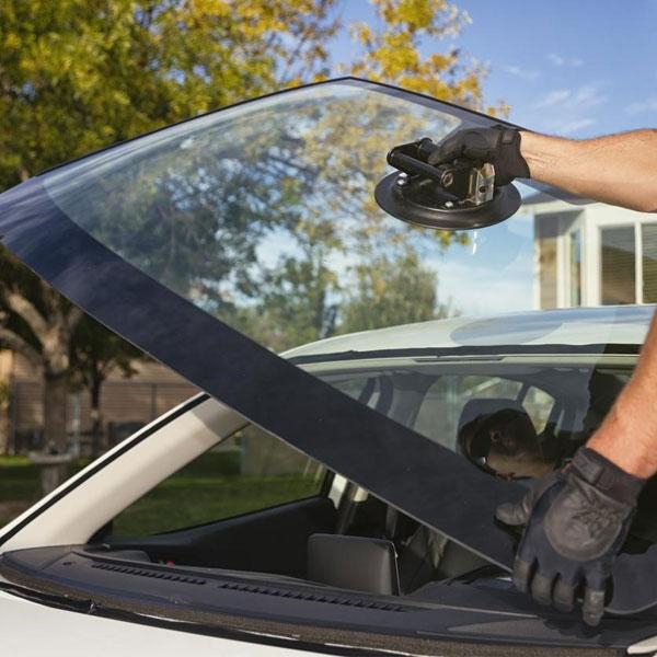 Kính chắn gió ô tô được làm từ chất liệu Polycarbonate