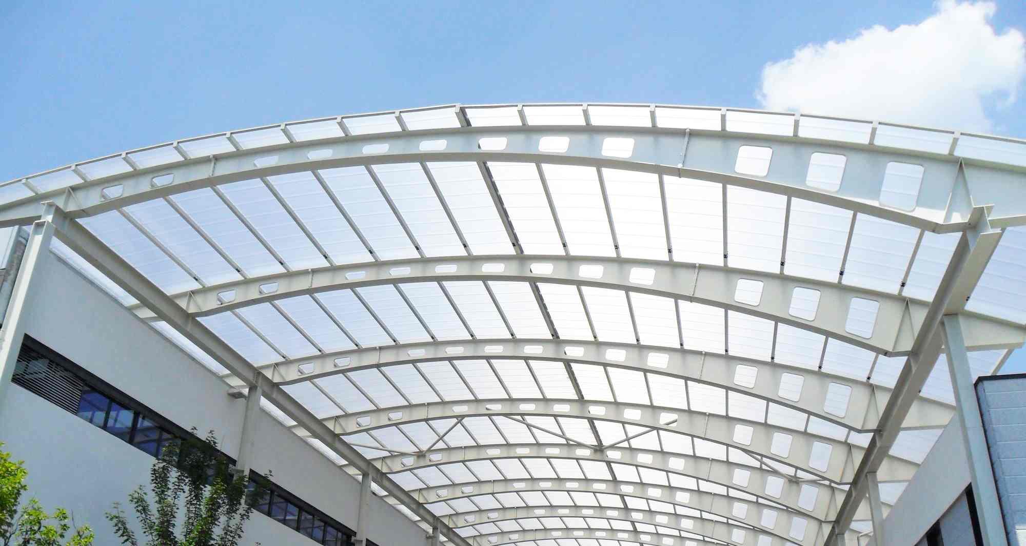 Tấm lợp Polycarbonate lấy sáng sử dụng làm mái che lối đi lộ thiên