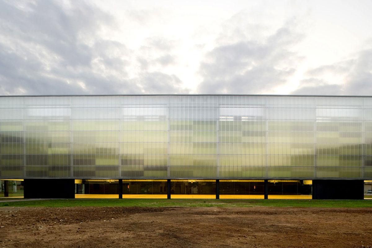 Một mặt của nhà thi đấu thành phố tại Tây Ban Nha được dựng bằng Polycarbonate