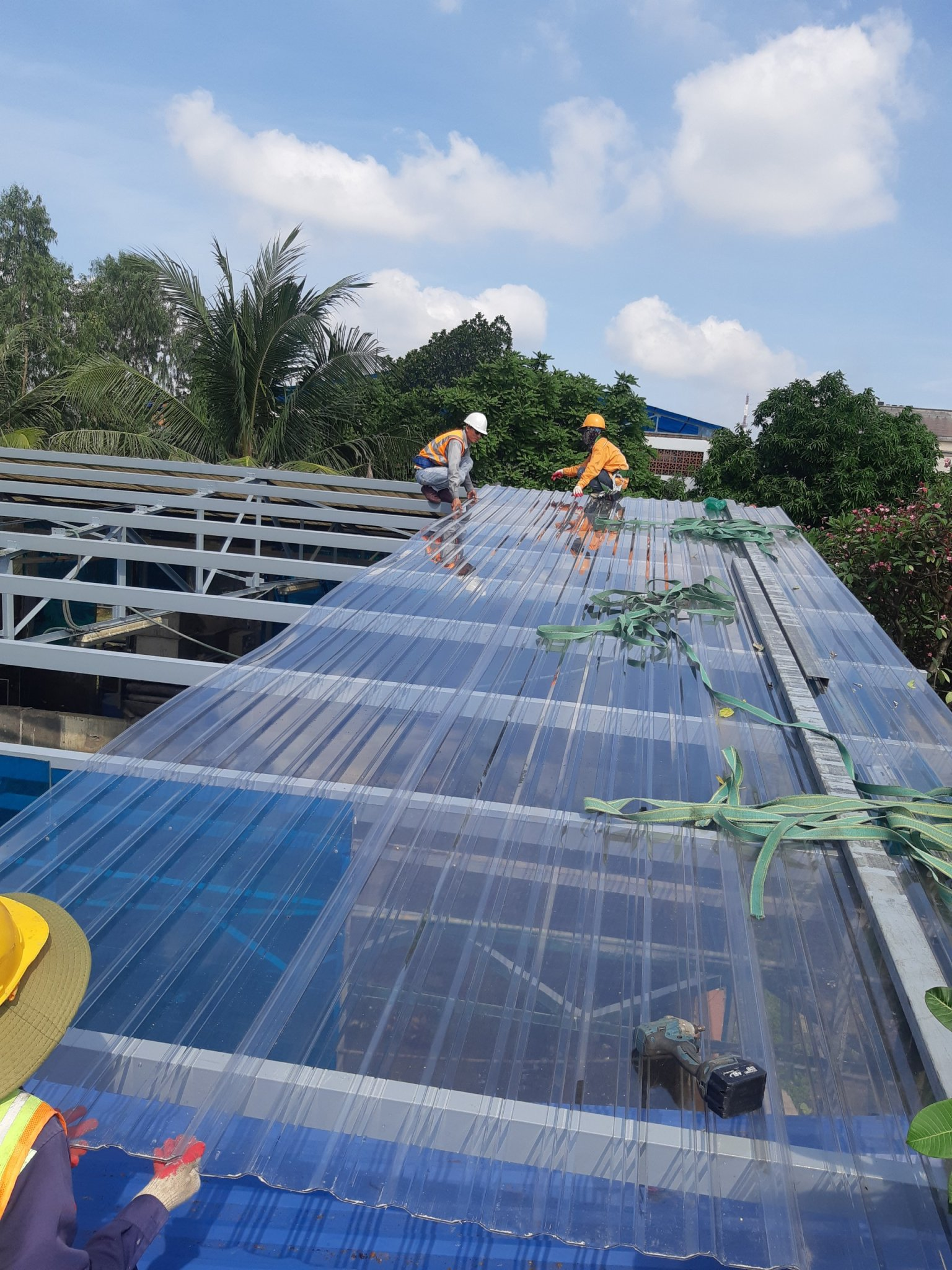 Tấm lợp nhựa Polycarbonate trong suốt cho nhà phơi bùn ở khu VSIP, Bình Dương (Ảnh: Công trình thi công thực tế của Nhựa Nam Việt)