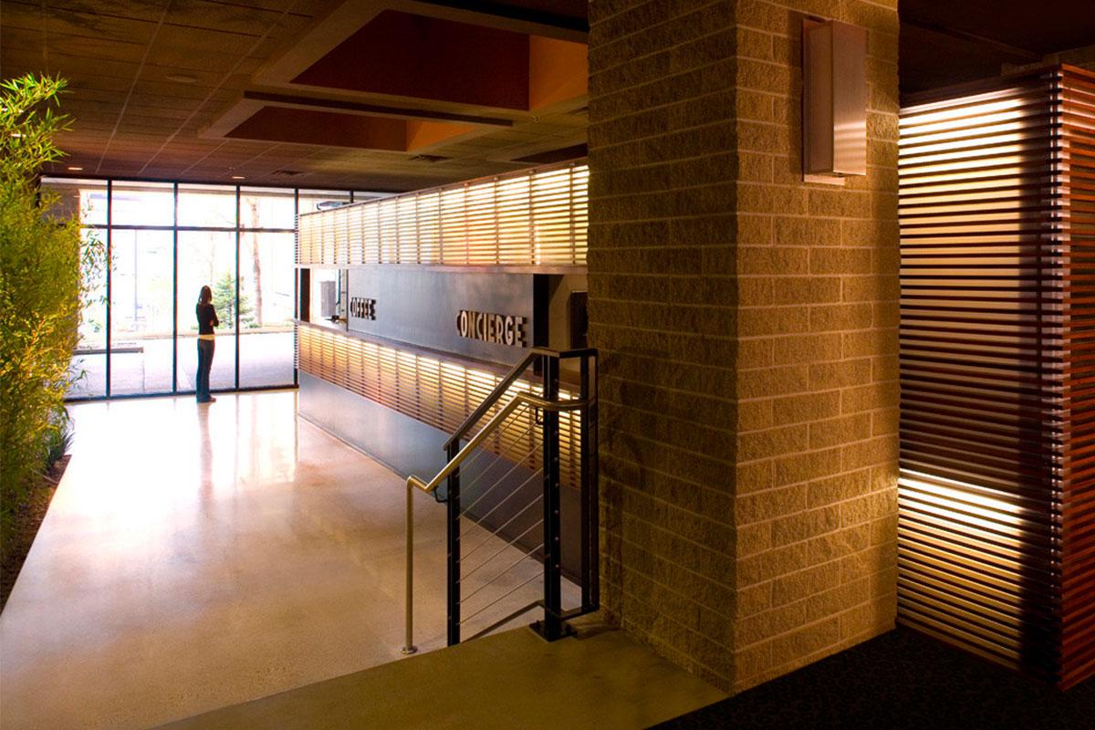 Tấm kính Polycarbonate được phun cát và có chiếu sáng đèn ở sảnh The Blatz