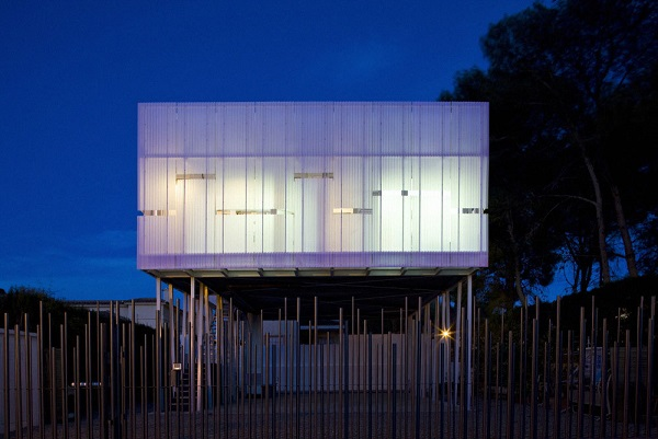 Ngôi nhà được nâng lên trên những cột kim loại