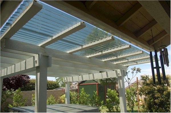 Ngày nay, vật liệu bằng nhựa ngày càng được ứng nhiều trong việc làm mái che, lấy sáng giếng trời,...